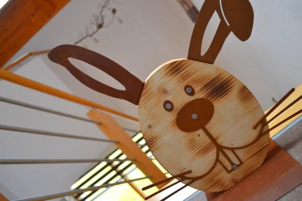 Hase mit Holz auf Platte #310