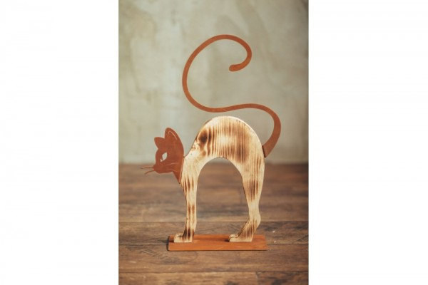 Katze buckelnd mit Holz auf Platte #309